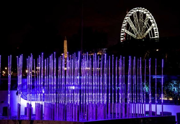 For Christmas, the SGM LED tubes creates magical 3D effects on the riversides of Paris